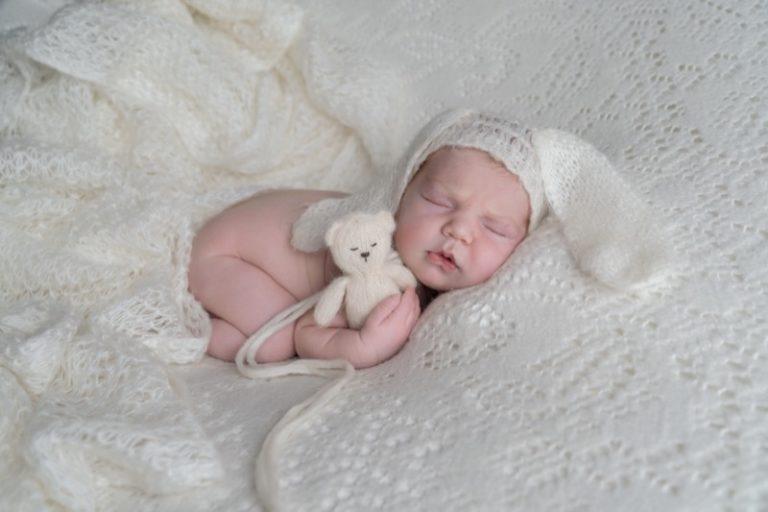 neonato vestito da coniglietto pasquale